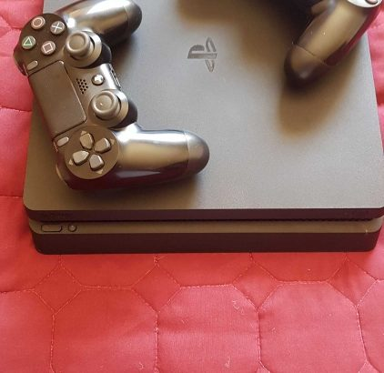 Ps4 slim + 2 controllers